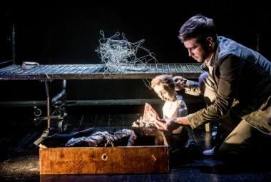 """Scena iš  Gintaro Varno spektaklio """"Pagalvinis"""". Dmitrijaus Matvejevo nuotrauka"""