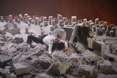 """Scena iš šokio spektaklio """"Uniforma"""". Giulios Ferrando nuotrauka"""