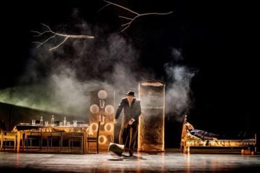 """Scena iš spektaklio """"Kalės vaikai"""", režisierius - Eimuntas Nekrošius. Dmitrijaus Matvejevo nuotrauka"""