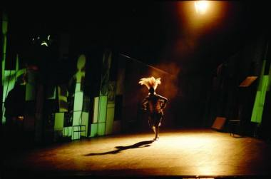 """Scena iš spektaklio """"Gyvenimas – tai sapnas"""", režisierius Gintaras Varnas. Lietuvos nacionalinis dramos teatras, 2000. Dmitrijaus Matvejevo nuotrauka"""