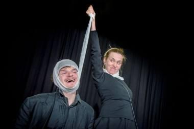 """Akimirka iš spektaklio """"Miego brolis"""" repeticijos, režisierius Adomas Juška. Dainiaus Putino nuotrauka"""