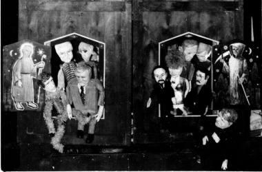 """Scena iš spektaklio """"Komunistinės nostalgijos"""", režisierius Gintaras Varnas. Teatras """"Šėpa"""", 1990. Nuotrauka iš asmeninio Gintaro Varno archyvo"""