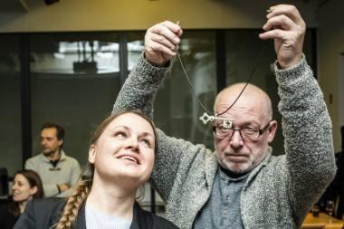 """Anai Ablamonovai savo sukurtą """"Meno raktą"""" užsegė juvelyras Algirdas Mikutis. Dmitrijaus Matvejevo nuotrauka"""
