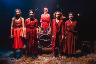 """Akimirka iš spektaklio-koncerto """"Graži ir ta galinga"""". Nuotrauka iš KJT archyvo"""