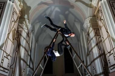 """Epizodas iš trupės """"Cie Aléas"""" (Prancūzija) spektaklio """"Meteoras"""" Lukiškių kalėjimo cerkvėje. Dmitrijaus Matvejevo nuotrauka"""