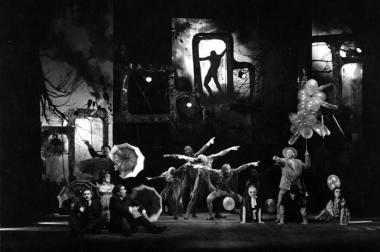 """Scena iš spektaklio """"Mamutų medžioklė"""" (1968), režisierius Jonas Jurašas. Spektaklyje dalyvavo Modrio Tenisono pantomimos trupė. Nuotrauka iš NKDT archyvo"""