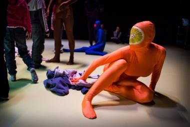 """Interaktyvus šokio spektaklis """"Valgykla"""". Menininkų grupės """"Žuvies akis"""" archyvo nuotrauka"""