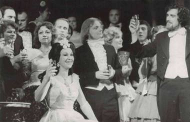 """Danguolė Juodikaitytė, Šarūnas Juškevičius ir Andrius Bielskis G. Verdi operoje """"Traviata"""", 1981 m. Klaipėdos valstybinio muzikinio teatro archyvo nuotrauka"""