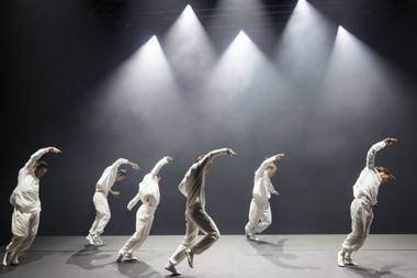 "Choreografo Hofesho Shechtero trilogija ""Barbarai"".  Christophe Raynaud de Lage (festival-avignon.com) nuotrauka"