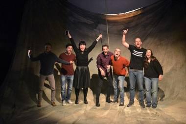 """Spektaklio """"Raudoni batraiščiai"""" kūrybinė grupė ir dramaturgė Gabrielė Labanauskaitė. Rengėjų nuotrauka"""