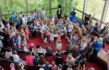 """Mažieji teatro žiūrovai su tėveliais """"Operos dienų"""" renginyje. Martyno Aleksos nuotrauka"""