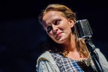 """Justina Vanžodytė - Valytoja spektaklyje """"Pašaliniams draudžiama"""". Algirdo Kubaičio nuotrauka"""