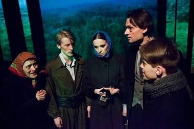 """Scena iš spektaklio """"Alksniškės"""". Donato Stankevičiaus nuotrauka"""