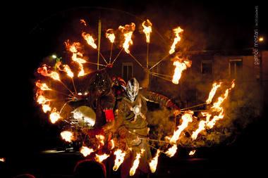 """""""Compagnie Faï"""" iš Prancūzijos padovanos du skirtingus magiškus ugnies šou su žonglieriais, akrobatais, skambant roko muzikai. Rengėjų archyvo nuotrauka"""