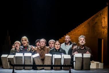 """Scena iš Eimunto Nekrošiaus spektaklio """"Borisas Godunovas"""". Dmitrijaus Matvejevo nuotrauka"""