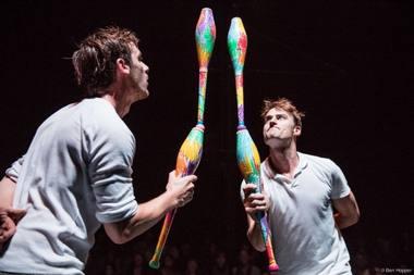 """Lnksmų žonglierių grupė """"Ea Eo"""" atveža spalvingą ir sąmojingą pasirodymą """"All the Fun"""". Rengėjų archyvo notrauka"""