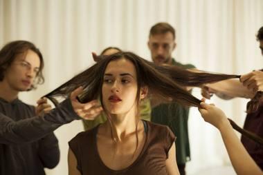 """Kauno šokio teatro """"Aura"""" ir vokiečių kompanijos """"Bodytalk"""" bendras kūrybinis produktas – spektaklis """"Glück / Laimė \ Счастье"""". Kristinos Čyžiūtės nuotrauka"""