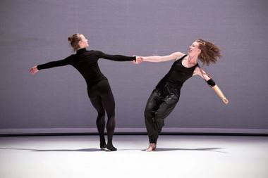 "Rachido Ouramdane ""Tordre"" šoka Lora Juodkaitė ir Annie Hanauer. Patrick Imbert nuotrauka"