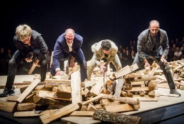 """""""La Cosa"""": vyrų kvartetas ir krūvos malkų. Dmitrijaus Matvejevo nuotrauka"""