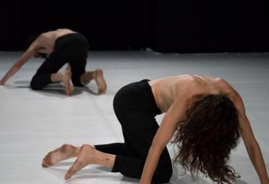 """Šokio spektaklio """"The Restlessness of Winged Creatures"""" bendrakūrėjai ir atlikėjai Adi Shildan ir Niras Vidanas. Nuotrauka iš adishildan.com"""