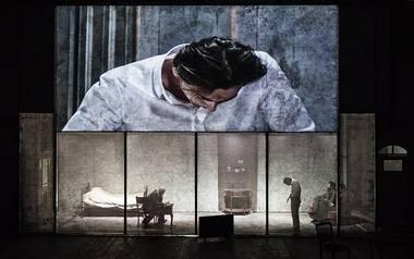 """2017 m. pabaigoje Krystianas Lupa Varšuvos teatre """"Nowy Teatr"""" pristatė spektaklį pagal Kafkos """"Procesą"""". Magdos Hueckel nuotrauka iš culture.pl"""