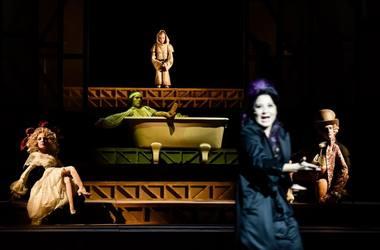 """""""Marato/Sado"""" lėlių ir žmonių teatras. Arno Declair (Deutsches Theater) nuotrauka"""