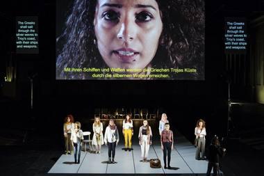 """""""Ifigenija"""": spektaklis apie pabėgusias į teatrą. Nuotrauka iš volksbuehne.berlin"""