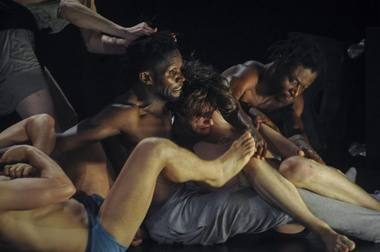 "Belgijos trupė ""Les ballets C de la B"" ir į Vilnių atveža Alaino Platelio spektaklį ""nicht schlafen"". Chriso Van  der Burghto nuotrauka"