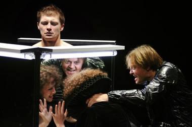 """Scena iš spektaklio """"Hamletas"""". Dmitrijaus Matvejevo nuotrauka"""