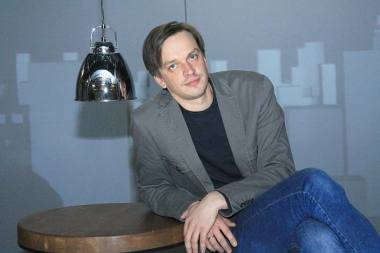 "Jānis Vimba su spektaklio ""ART"" scenografija. Karīna Miezāja nuotrauka"