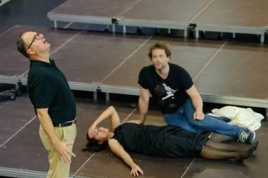 Operos repeticijoje – solistų duetas iš Vengrijos Andrea Szántó ir Krisztián Cser su režisieriumi Csaba Káel. Martyno Aleksos nuotrauka