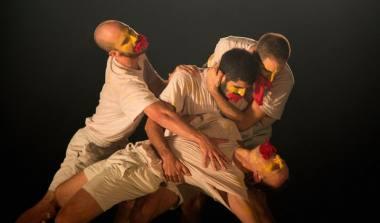 """Scena iš choreografų Yossi Berg ir Oded Graf spektaklio """"Šventasis pavasaris"""". Tamar Lam nuotrauka"""