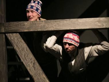 """Scena iš spektaklio """"Akmenys jo kišenėse"""". Kauno miesto kamerinio teatro nuotrauka"""