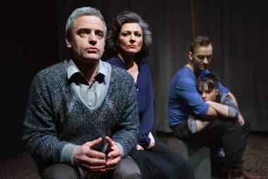 """Algis Dainavičius, Rimantė Valiukaitė ir Tadas Gryn su Elze Gudavičiūte spektaklyje """"Hamletas mirė. Gravitracijos nėra""""."""