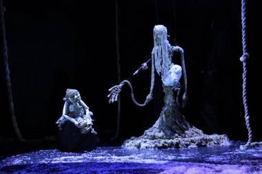 """Scena iš spektaklio """"Pūgos durys"""". Kauno lėlių teatro archyvo nuotrauka"""