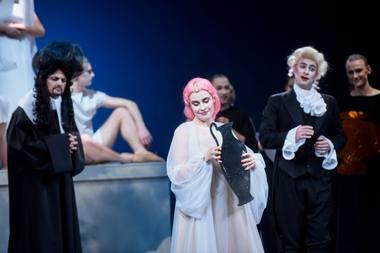 """Operos """"Semelė"""" scena: (iš kairės) Tadas Girininkas (Kadmas), Lina Dambrauskaitė (Semelė), Algirdas Bagdonavičius (Atamantas). Domanto Umbraso nuotrauka"""