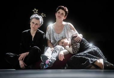 Maša - Rimantė Valiukaitė, Irina - Monika Bičiūnaitė, Olga - Vitalija Mockevičiūtė. Dmitrijaus Matvejevo nuotrauka