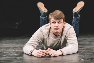 """Martynas Nedzinskas spektaklyje """"Nuostabūs dalykai"""". Manto HeadShooter nuotrauka"""