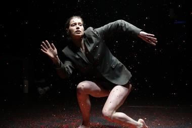 """Greta Grinevičiūtė spektaklyje """"Šokis dulkių siurbliui ir tėčiui"""". Vismantės Ruzgaitės nuotrauka"""