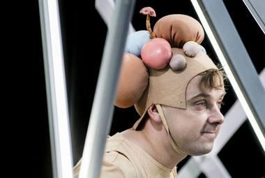 """Kirilas Glušajevas spektaklyje """"Trijulis aukštyn kojom"""". Dmitrijaus Matvejevo nuotrauka"""