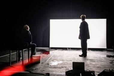 """Scena iš spektaklio """"Raudona"""". Lauros Vansevičienės nuotrauka"""