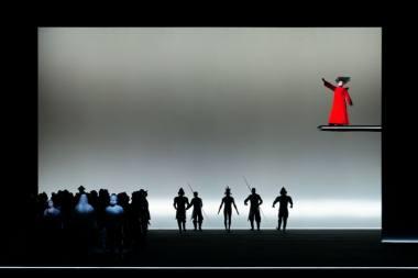 """Scena iš operos """"Turandot"""", režisierius Robertas Wilsonas. Dešinėje: Turandot – Sandra Janušaitė. Martyno Aleksos nuotrauka"""