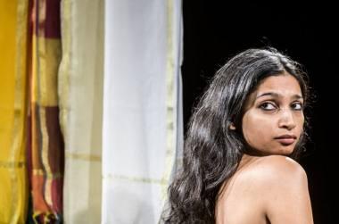 """Mallika Taneja, scena iš spektaklio """"Būk atsargi"""". Dmitrijaus Matvejevo nuotrauka"""