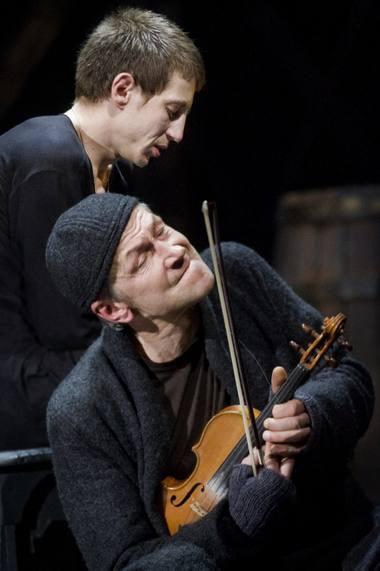 Laurynas - Marius Repšys, Aklas Smuikininkas - Saulius Bareikis. Dmitrijaus Matvejevo nuotrauka