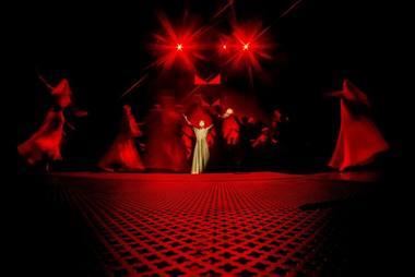 """Scena iš spektaklio """"Septynios gražuolės"""". Dmitrijaus Matvejevo nuotrauka"""