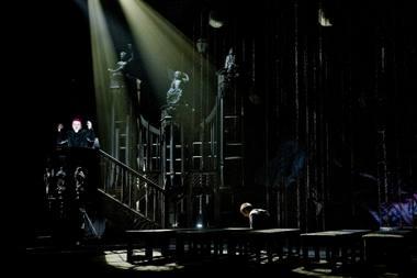 Vizualiniai spektaklio akordai nukelia į senąjį, dar akademinį teatrą. Dmitrijaus Matvejevo nuotrauka