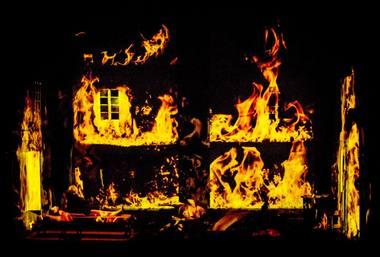 """Scena iš spektaklio """"Pabaigos ugnis"""". Dmitrijaus Matvejevo nuotrauka"""
