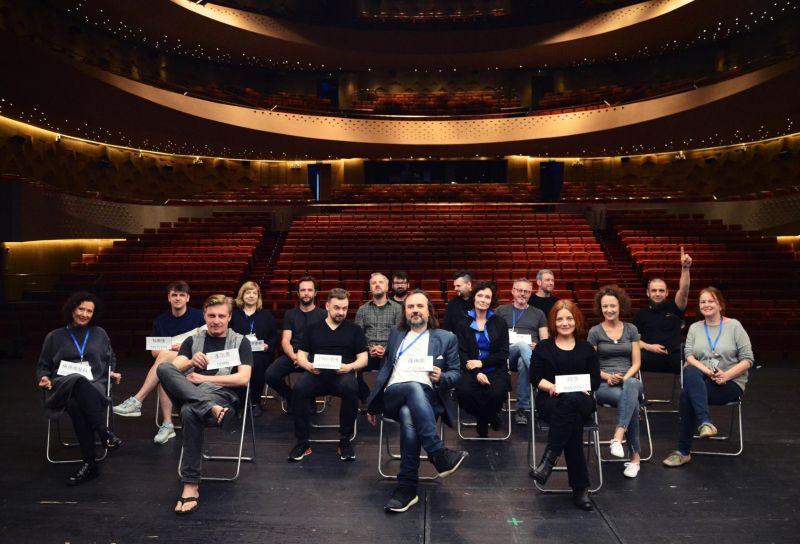 """Režisierius Oskaras Koršunovas su """"Žuvėdros"""" aktoriais. Teatro archyvo nuotrauka"""
