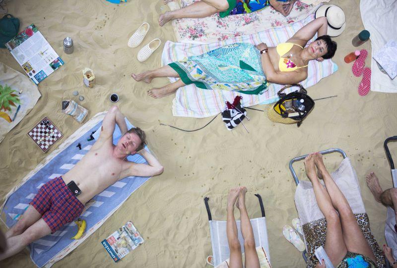 """Rugilės Barzdžiukaitės, Vaivos Grainytės, Linos Lapelytės opera-performansas """"Saulė ir jūra"""". Neon Realism nuotrauka"""