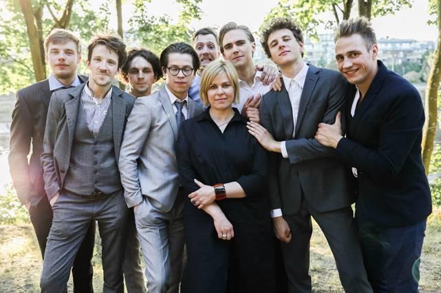 Aktorė ir režisierė Aldona Vilutytė su jaunaisiais aktoriais. NKDT archyvo nuotrauka
